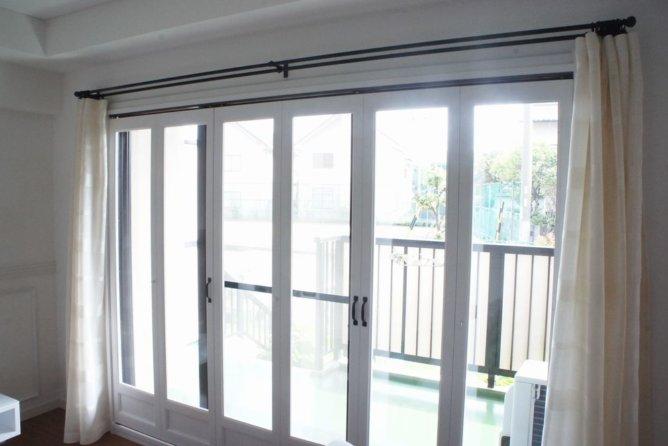 木製折れ戸とアイアンレール